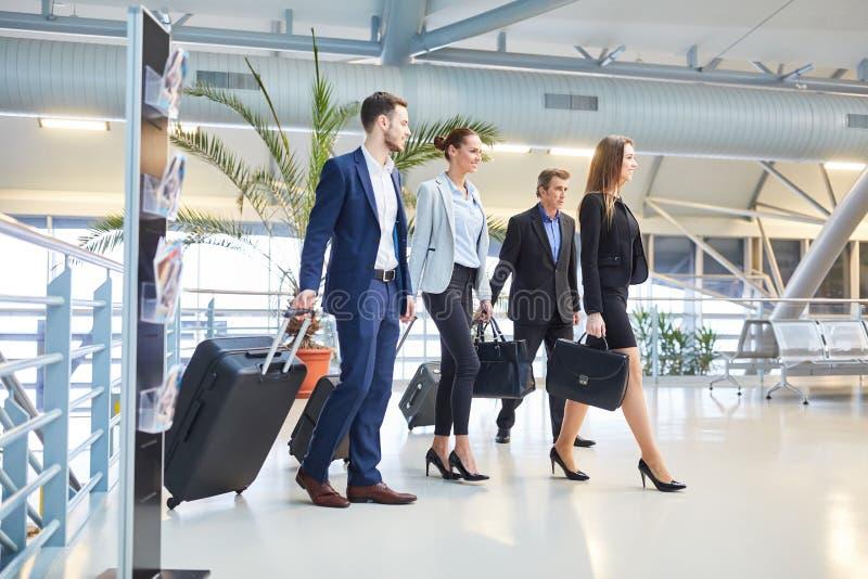 Bedrijfsmensen als commercieel team in de luchthaven royalty-vrije stock foto