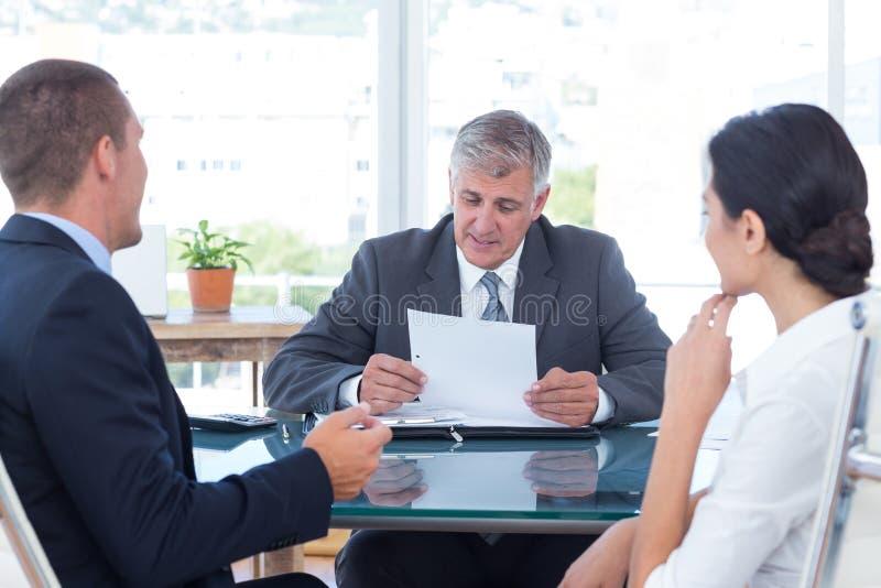 Bedrijfsmensen in bespreking in een bureau stock foto