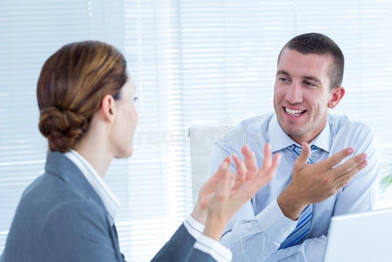 Bedrijfsmensen in bespreking in een bureau stock afbeeldingen