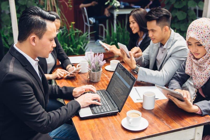 Bedrijfsmensen bezig het werken met team bij een koffie stock afbeelding