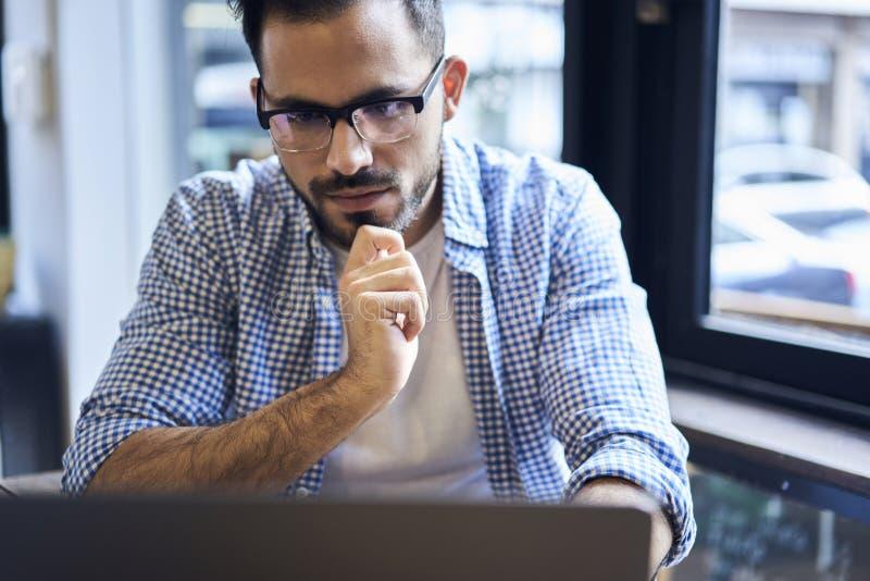 Bedrijfsmensen in blauw overhemd die laptop en draadloos Internet gebruiken stock afbeeldingen