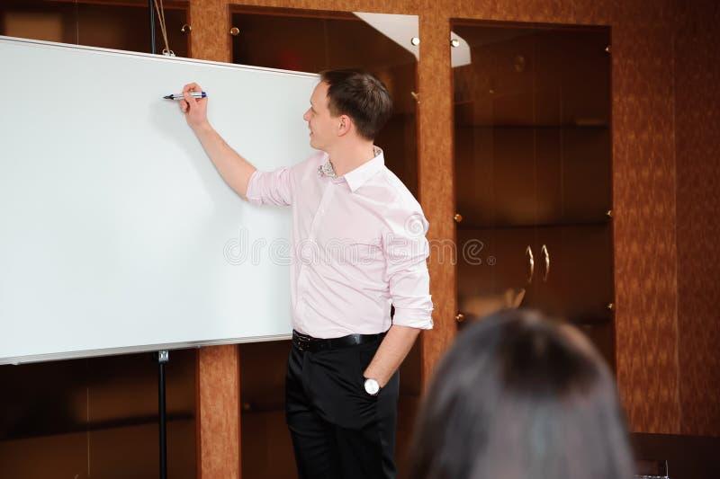 Bedrijfsmensen in bureau die een conferentie houden en strategieën bespreken royalty-vrije stock foto's