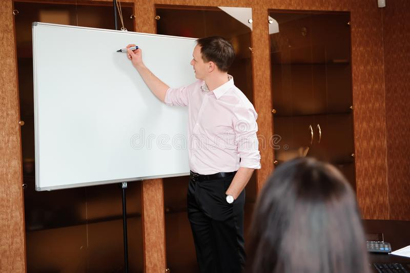 Bedrijfsmensen in bureau die een conferentie houden en strategieën bespreken royalty-vrije stock afbeeldingen