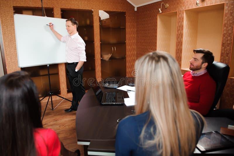 Bedrijfsmensen in bureau die een conferentie houden en strategieën bespreken royalty-vrije stock foto