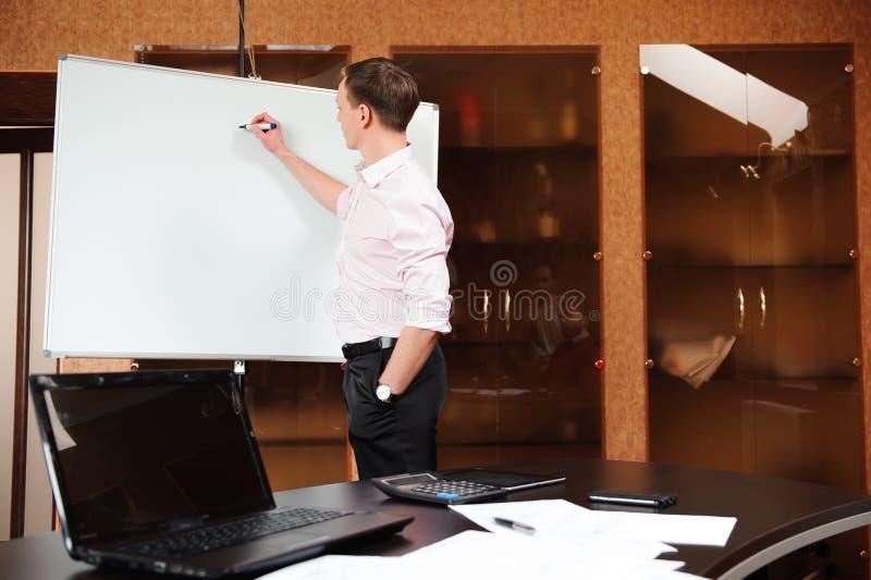 Bedrijfsmensen in bureau die een conferentie houden en strategieën bespreken stock foto's