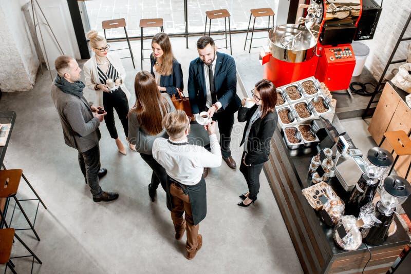 Bedrijfsmensen in de koffie stock fotografie