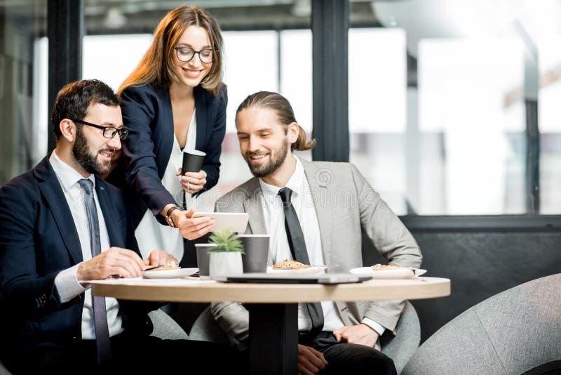 Bedrijfsmensen in de koffie royalty-vrije stock afbeeldingen