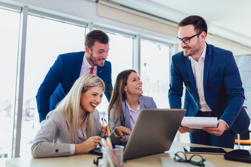 Bedrijfsmensen die aan bedrijfsproject in bureau werken die laptop met behulp van royalty-vrije stock foto