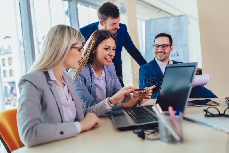 Bedrijfsmensen die aan bedrijfsproject in bureau werken die laptop met behulp van royalty-vrije stock foto's