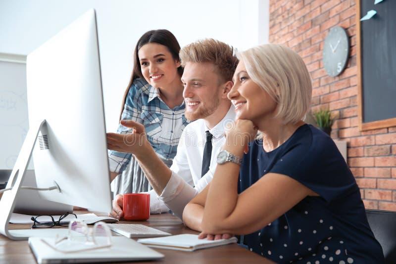 Bedrijfsmensen die aan computer bij lijst werken Professionele mededeling stock foto