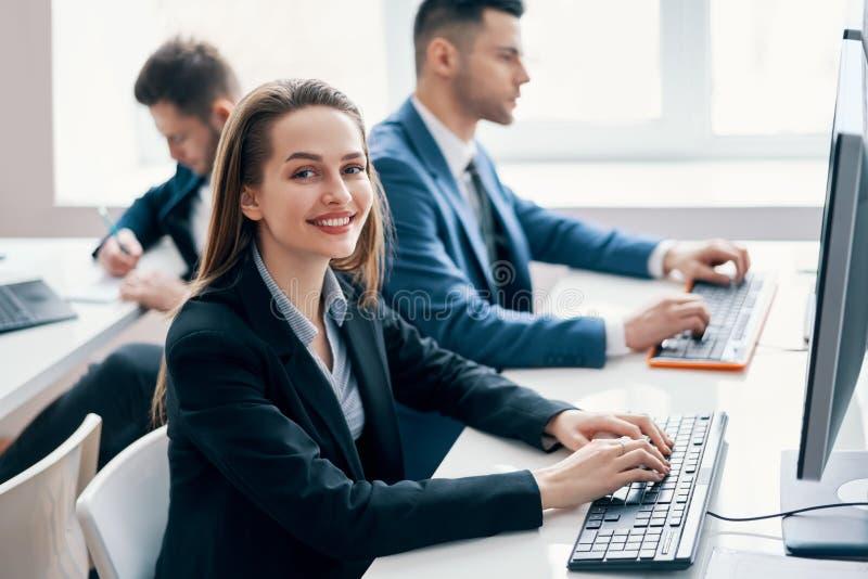 Bedrijfsmensen die aan computer in zijn werkplaats werken stock foto's