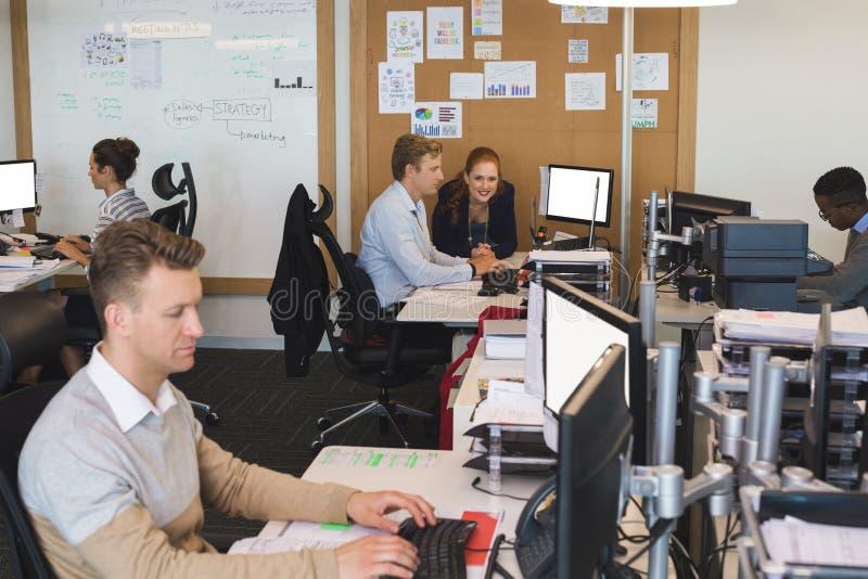 Bedrijfsmensen die aan computers op kantoor werken royalty-vrije stock foto