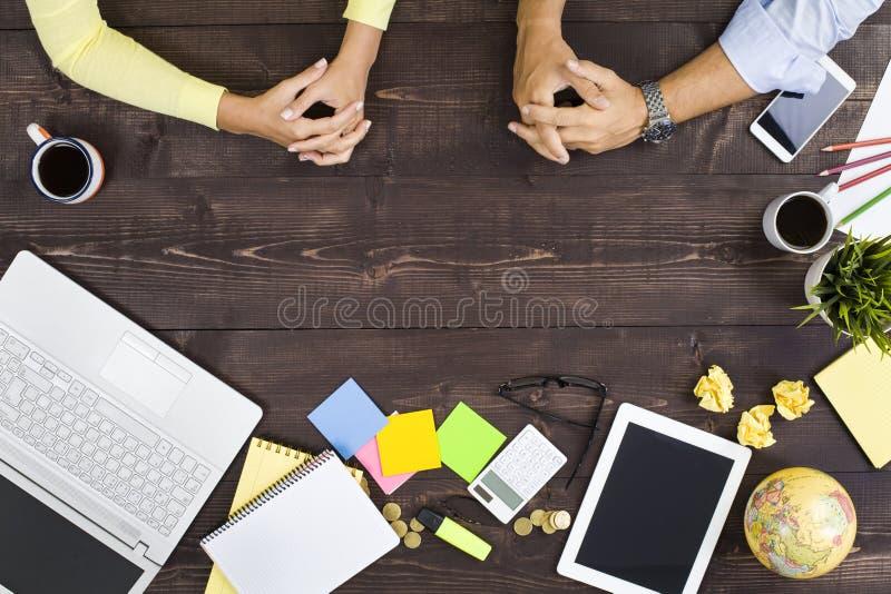 Bedrijfsmensen die aan een Bureau werken royalty-vrije stock afbeelding