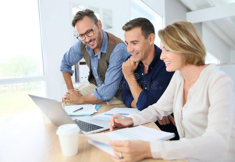 Bedrijfsmensen die aan financiële strategie werken royalty-vrije stock afbeelding