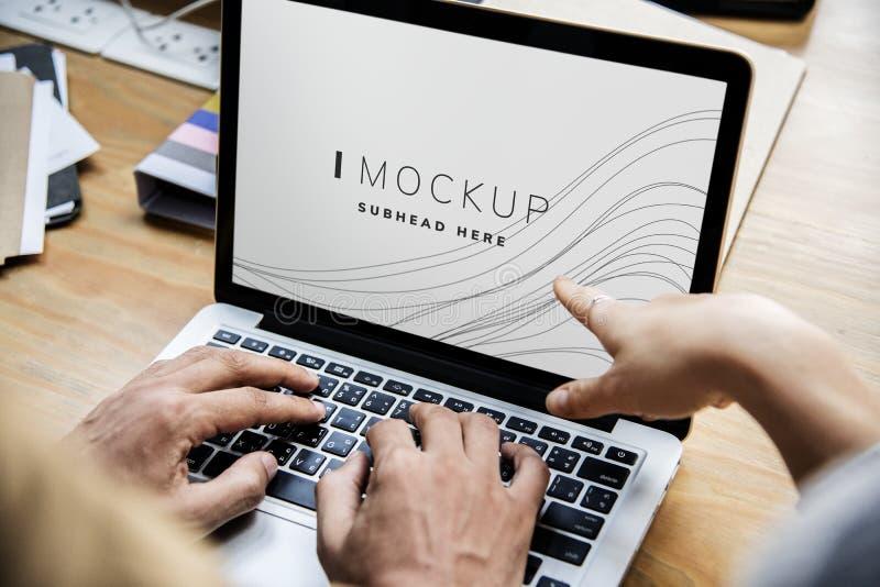 Bedrijfsmensen die aan laptop met een het schermmodel werken stock fotografie