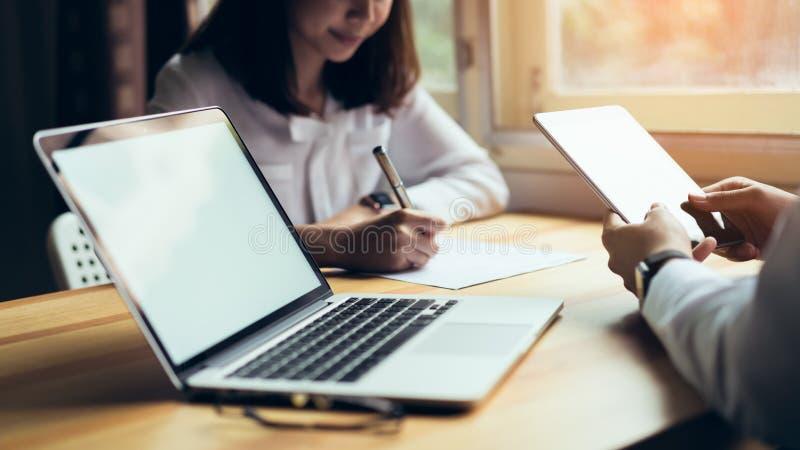 Bedrijfsmensen die aan laptop op vergadering van ontwerpideeën samenwerken royalty-vrije stock afbeeldingen