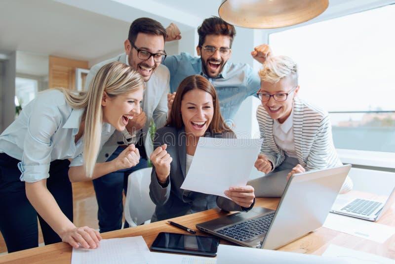 Bedrijfsmensen die als groep samenwerken stock afbeeldingen