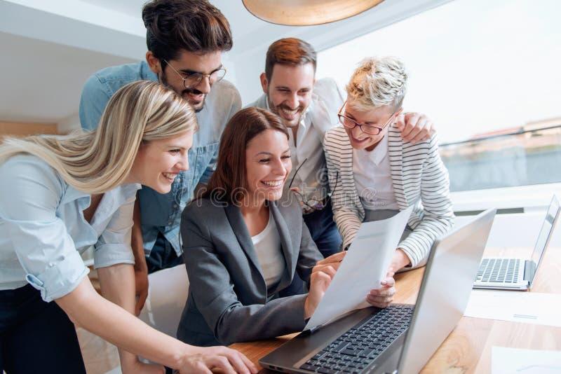 Bedrijfsmensen die als groep samenwerken stock afbeelding