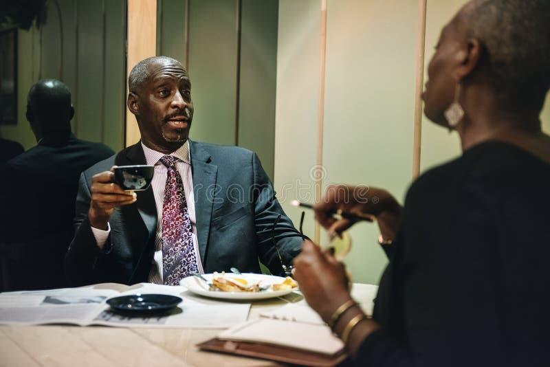 Bedrijfsmensen die arbeidsovereenkomst bespreken royalty-vrije stock afbeelding