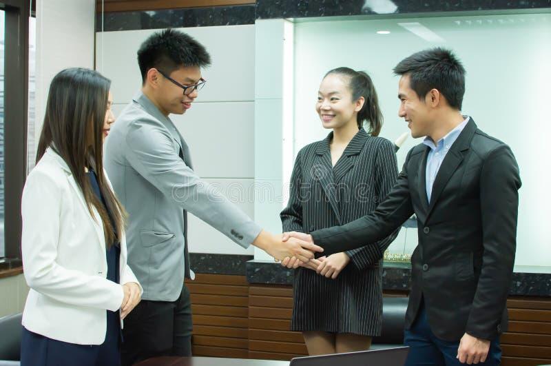 Bedrijfsmensen die bedrijfsovereenkomst behandelen stock foto's