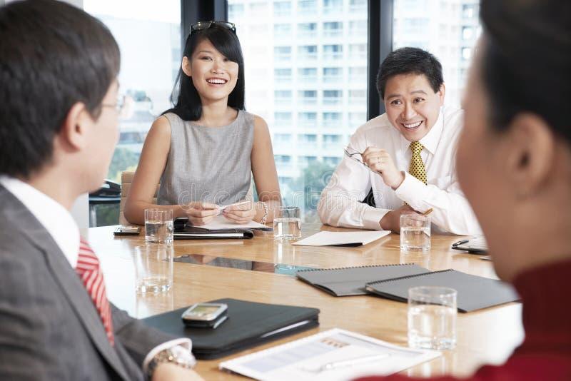 Bedrijfsmensen die Bespreking in Bestuurskamer hebben royalty-vrije stock foto