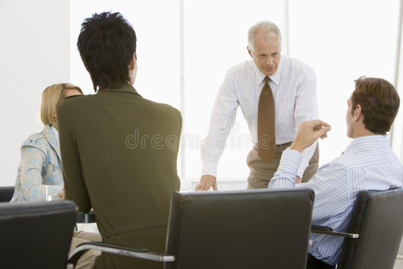 Bedrijfsmensen die Bespreking in Conferentiezaal hebben royalty-vrije stock fotografie