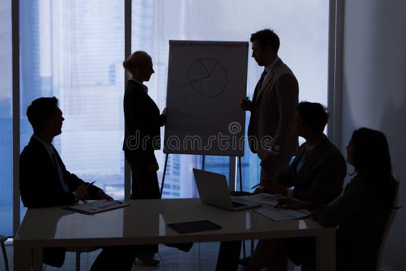 Bedrijfsmensen die Bespreking in Conferentiezaal hebben stock afbeelding