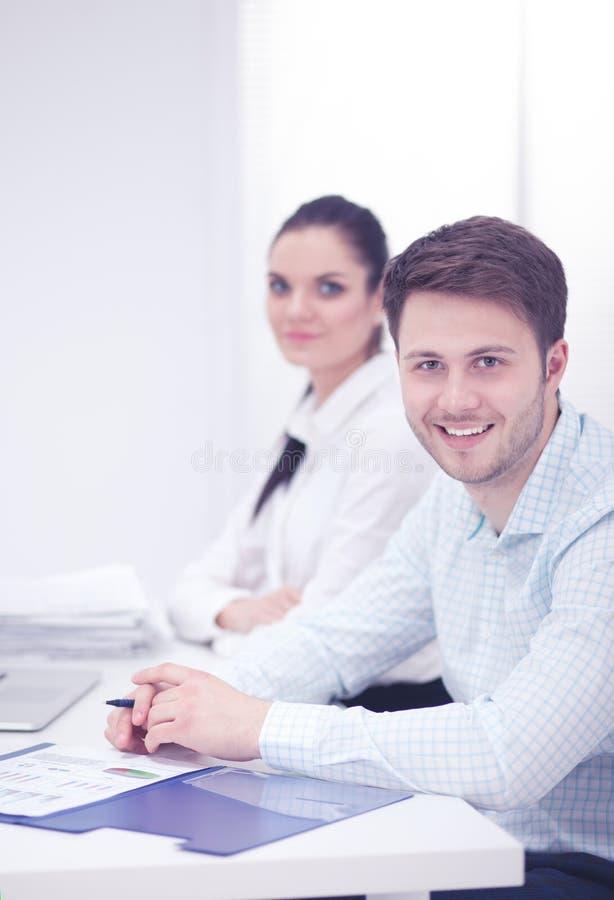 Bedrijfsmensen die bij bureau, witte achtergrond samenwerken royalty-vrije stock foto