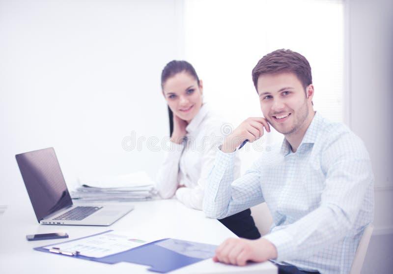 Bedrijfsmensen die bij bureau, witte achtergrond samenwerken stock foto