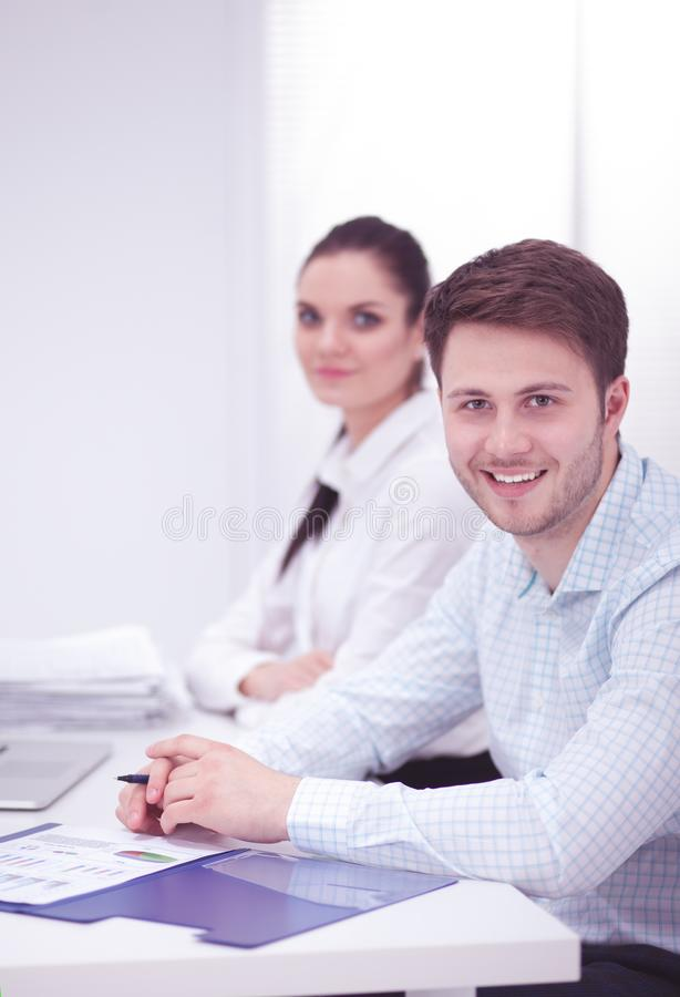 Bedrijfsmensen die bij bureau, witte achtergrond samenwerken stock foto's