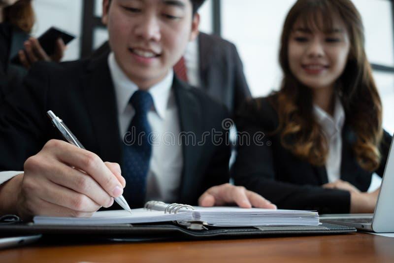 Bedrijfsmensen die brainstorming ontmoeten en project samen in bureau, groepswerkconcept bespreken stock foto