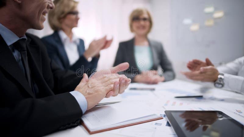 Bedrijfsmensen die in bureau, de voltooiing van het bedrijfteam, succesconcept toejuichen stock afbeeldingen