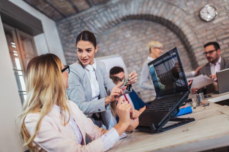 Bedrijfsmensen die in bureau werken en nieuwe ideeën, selectieve nadruk bespreken stock afbeelding
