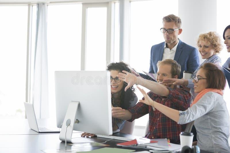 Bedrijfsmensen die computer in bureau met behulp van stock afbeeldingen