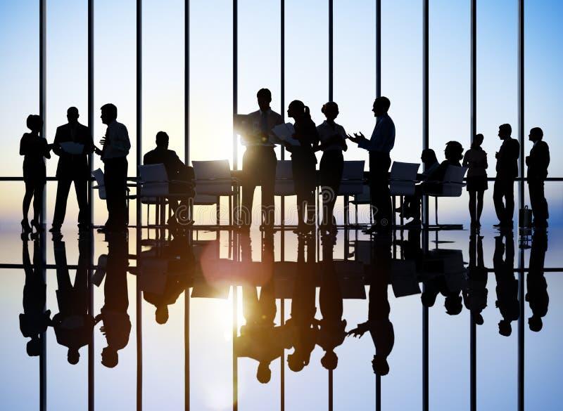Bedrijfsmensen die Concept van Besprekings het Achterlit ontmoeten stock afbeelding