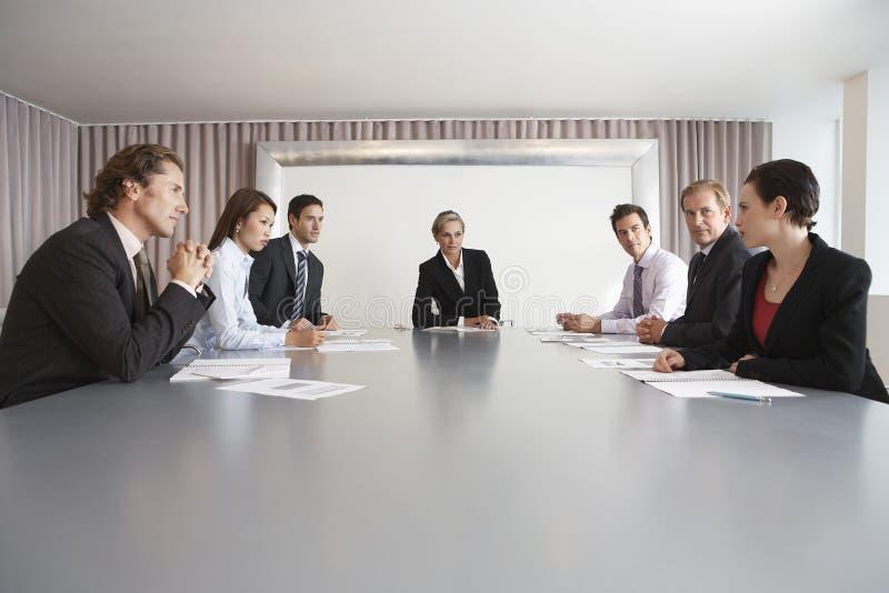 Bedrijfsmensen die in Conferentiezaal bespreken royalty-vrije stock foto