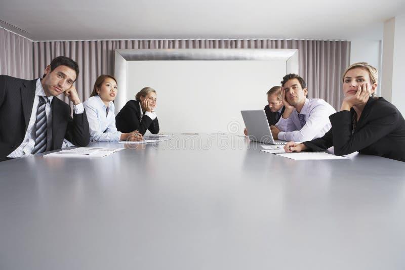 Bedrijfsmensen die in Conferentiezaal zitten stock afbeelding