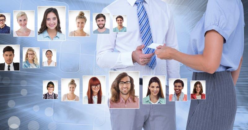 Bedrijfsmensen die contactkaart met portretprofielen delen van verschillende mensen royalty-vrije stock afbeelding