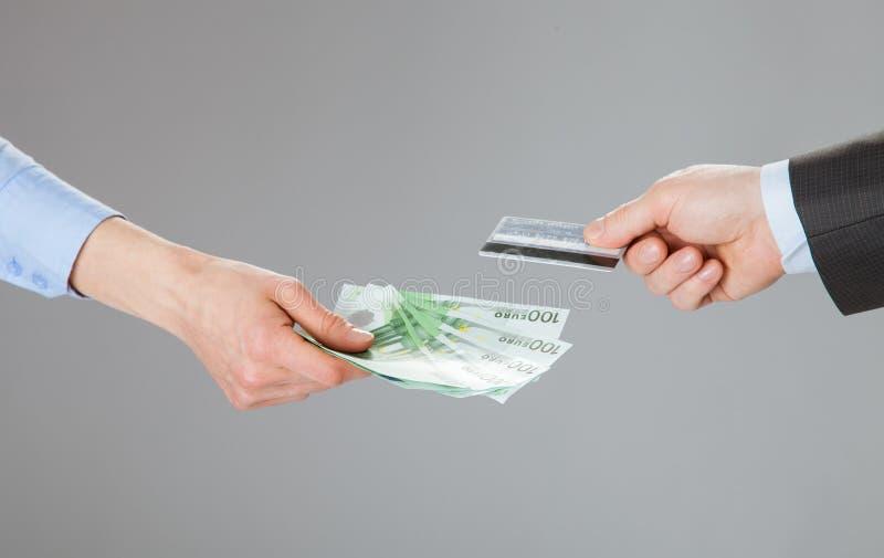 Bedrijfsmensen die creditcard en geld ruilen royalty-vrije stock fotografie