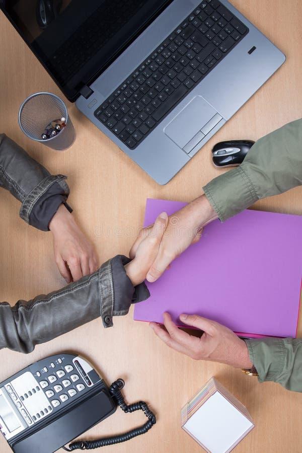 Bedrijfsmensen die in de bureau en het schudden handen, overeenkomst samenkomen royalty-vrije stock afbeeldingen