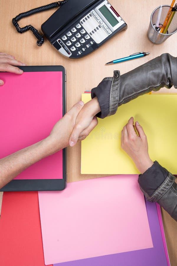 Bedrijfsmensen die in de bureau en het schudden handen, overeenkomst samenkomen stock afbeelding