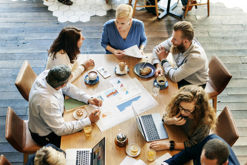Bedrijfsmensen die de Grafiek van de Gegevensanalyse Planningsconcept ontmoeten stock foto's