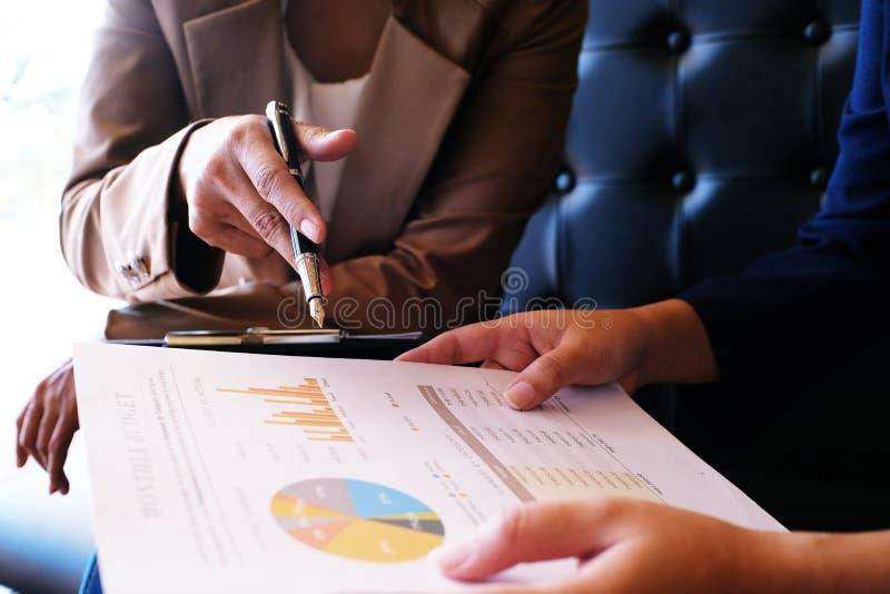 Bedrijfsmensen die de professionele investeerder ontmoeten die van Ontwerpideeën nieuw startproject werken Concept bedrijfs plann royalty-vrije stock fotografie