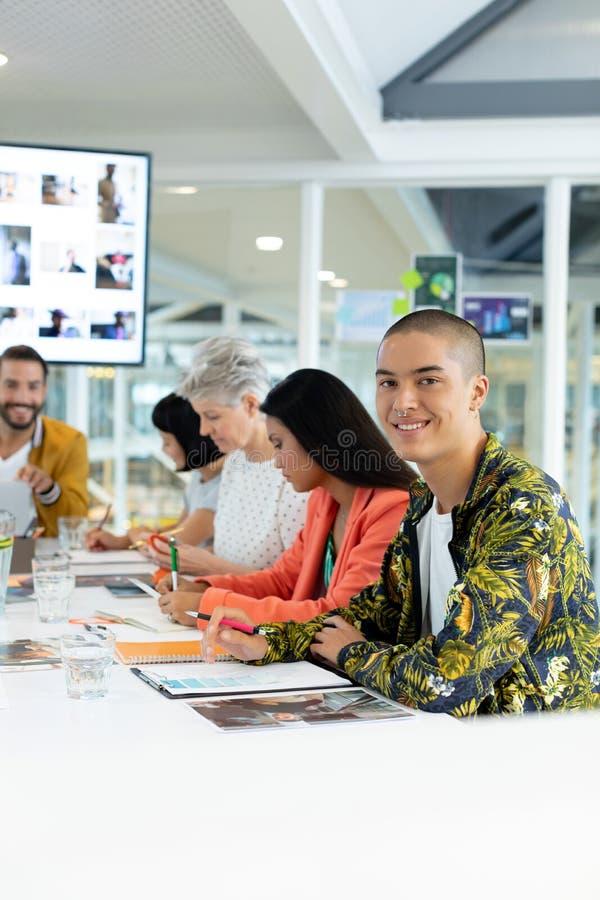 Bedrijfsmensen die in de vergadering bij conferentieruimte bespreken stock afbeeldingen