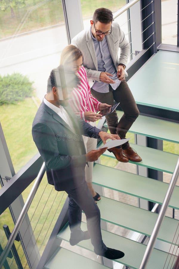 Bedrijfsmensen die digitale tablet in de bouw van bureau gebruiken Zaken stock foto's
