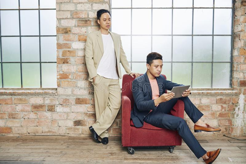 Bedrijfsmensen die document op tablet lezen stock afbeelding