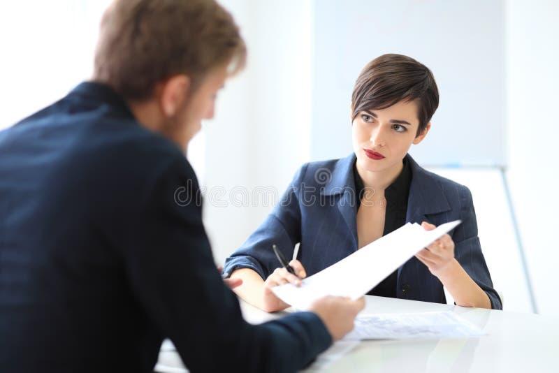 Bedrijfsmensen die een Contract ondertekenen stock fotografie