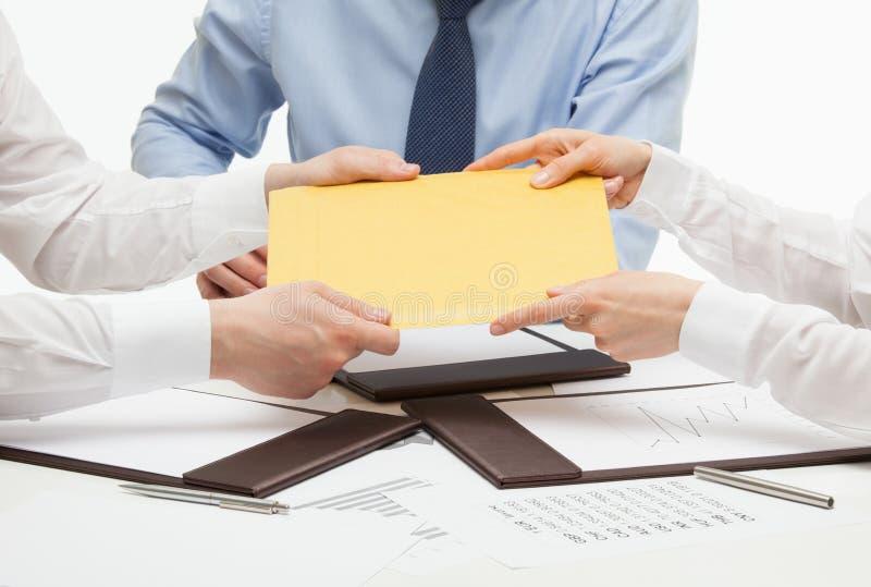 Bedrijfsmensen die een gele envelop overgaan royalty-vrije stock afbeelding