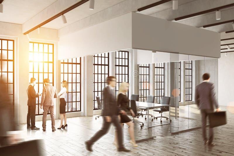 Bedrijfsmensen die in een glasbureau lopen Helder zonlicht Concept het bureauleven royalty-vrije stock foto