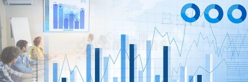 Bedrijfsmensen die een vergadering met grafieken en statistiekenovergangseffect hebben royalty-vrije stock afbeeldingen